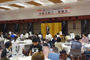 同窓会総会前にあいさつをする織田同窓会長。