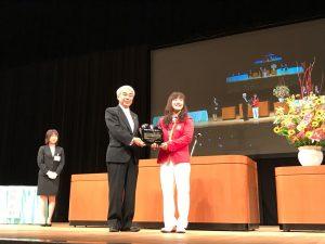 市民会館で登坂絵莉選手へ市民特別栄誉賞の贈呈。