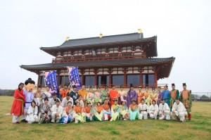 小雨の中での集合写真。高岡、奈良のメンバーが大極殿を前に。