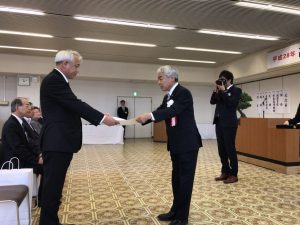市民功労の表彰を高橋市長から受ける酒井立志県議
