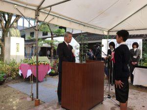 高峰譲吉誕生祭にて川村会長から表彰状を受ける児童