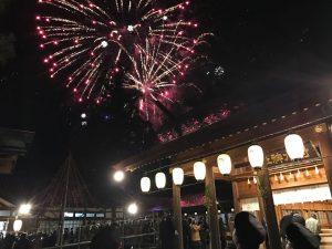 射水神社で迎えた新年の花火の様子。