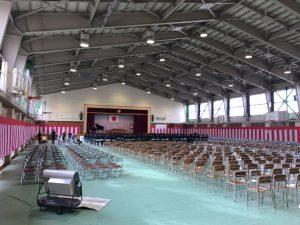 卒業式を前に緊張感が漂う体育館。