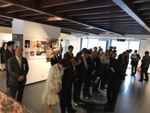 天皇皇后両陛下をお迎えするために立ち入りを確認する高岡市議会議員の面々。