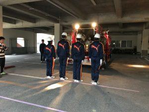 雨で小学校の体育館下での練習