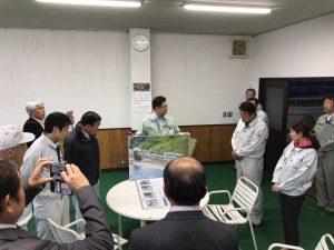雨晴道の駅周辺整備事業の説明を受けてます。