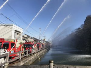 今年も晴天の下、高岡市消防団の一斉放水