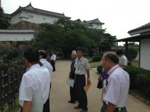 姫路城改修事業の説明を受ける委員会メンバー。
