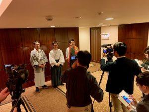 開演前の記者会見。古村勇人さんと大橋吾郎さん、新藤栄作さんらと共に