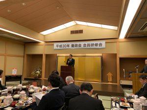 慶政会であいさつをされる橘慶一郎代議士