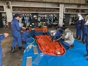 救助用ボートの扱い方の練習
