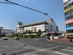 倉敷駅前の天満屋さん。駅を挟んだ向こうには巨大なアウトレットモールが・・・
