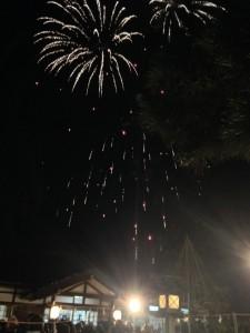 射水神社の年越し雑踏警備で新年を迎えた花火。