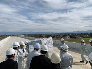二塚の高架橋工事現場から庄川方面を向いて工事の状況を確認