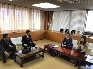 表敬に来ていただいた渋谷団員と寺口消防長。
