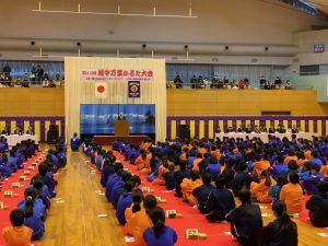 万葉かるた大会開会式であいさつをされる高橋市長。