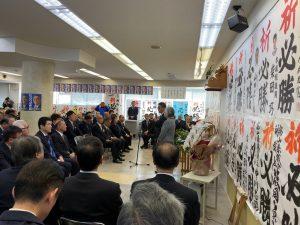 事務所開きであいさつをされる村椿魚津市長