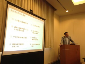 講演中の森富山市長。