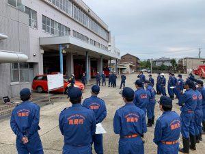 訓練内容を確認する消防団員ら。