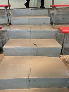 亀裂の入った階段(同じようなところが数カ所)