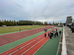 競技開始前の陸上競技場。