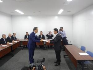 渡辺県議からJR西日本金沢支社副支社長へ要望書を。