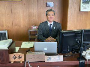 本会議前に議長席での最後のショット。副議長に撮っていただきました。