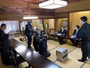 役員会後に囲み取材を受ける渡辺支部長と狩野幹事長。