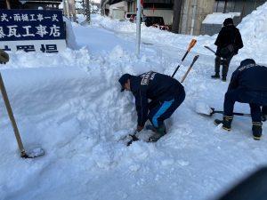 消防団のメンバーと消火栓の除雪。