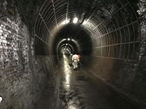 1キロ以上続く旧北陸線のトンネルの中も歩きました。