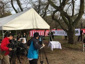 高岡古城公園の桜を守る桜1000本植え替えの宣言を読み上げる吉岡会長。