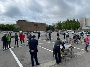 出発前のサイクリング参加者ら
