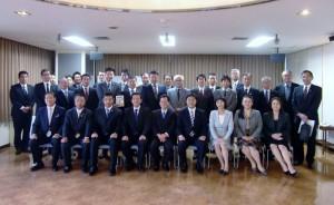 神野先生を囲んで新自治体経営塾のメンバーと。