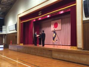 書家の黒田昌吾さんから母国の40周年記念にいただいた書の贈呈式。