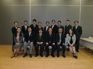 新自治体経営塾の受講メンバーと講師の阿比留瑠比氏