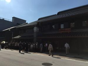 逆光で見にくいですが、高岡御車山会館の開館前に並ぶ方々。