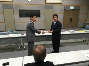 JR西日本常務へ要望書を渡す米原代表