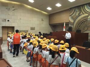 議事堂で議会の仕組みを勉強する子供達。