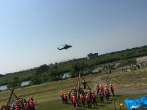 中州に取り残された人を救助する想定でホバリングする直前の県警ヘリ。
