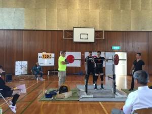 高岡市長慶寺のSRホーム体育館で行われたパワーリフティング高岡市民体育大会の競技の模様。