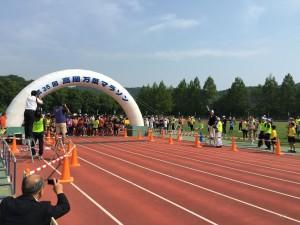 第35回万葉マラソン大会・ハーフの部のスタート風景。