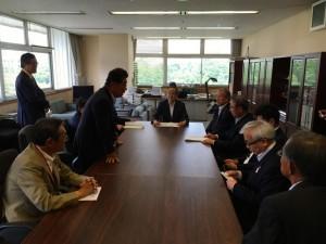 国交省鉄道局長に要望する県西部公共交通対策議員連盟のメンバー。