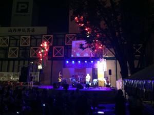 高岡大和さん横のステージで熱いライブを繰り広げました。