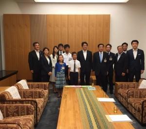 自民党富山県連の役員ならびに子供作文コンテストで入賞された皆さんと安倍総理大臣。