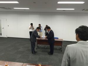 米原県西部公共交通対策議員連盟会長からJR西日本金沢支社山田支社長へ要望書を提出しました。