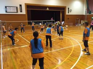 富山県スポーツ推進委員フェスタで行われた、ワンバウンドふらばーるバレー。