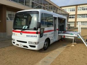 日本宝くじ協会の助成を受けて市消防本部に寄贈された救急救命活動の広報車。