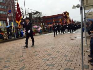 高岡市消防団の出初め式の行進風景。