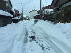25日 雪のピークを過ぎた家の前で。