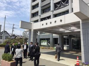 川越市役所で終了後にバスを待つ一団・・・